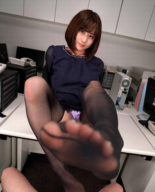 女上司の黒ストッキングの足を舐め舐め