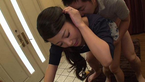 父が出かけて2秒でセックスする母と息子 鈴木さとみ